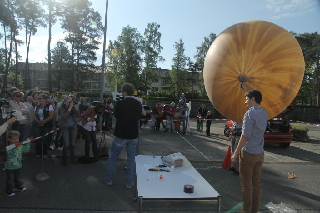 Marcel Dierig mit Wetterballon