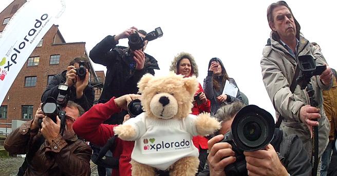 Teddy mit Reportern