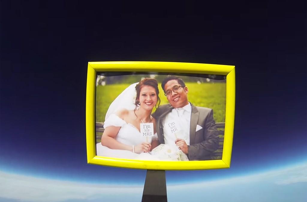 Hochzeitsfoto in der Stratosphäre