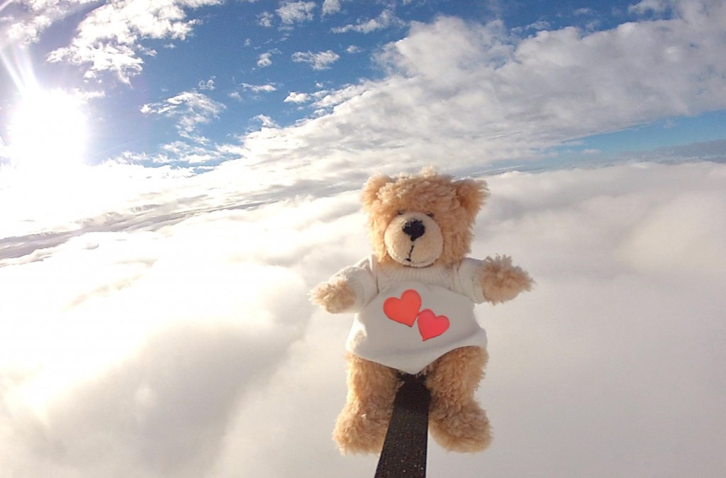 Teddy mit Herzen in der Stratosphäre