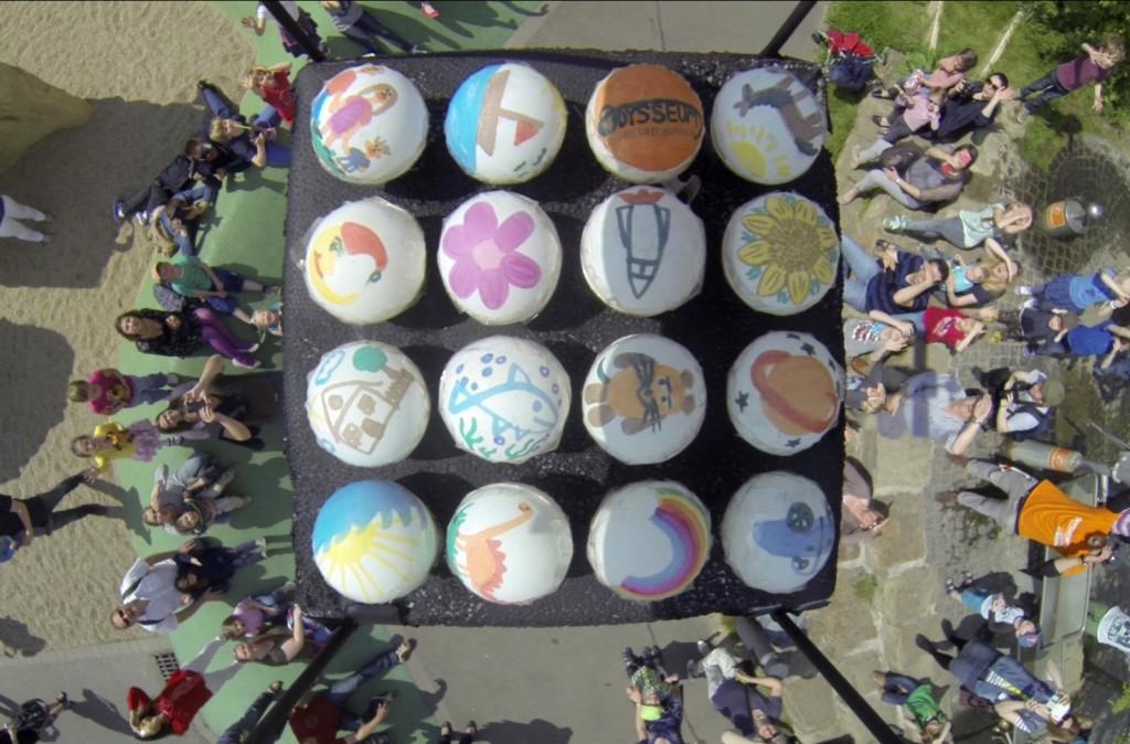 Tischtennisbälle am Wetterballon