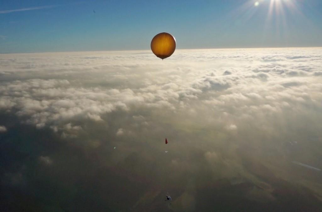 Wetterballon über den Wolken