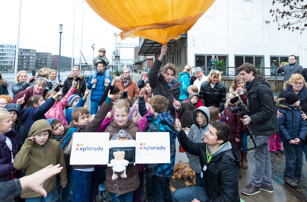 Kinder und Wetterballon